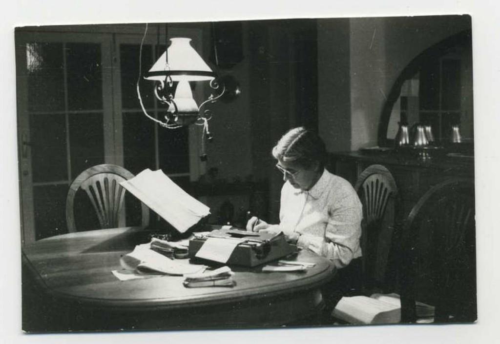 María Moliner trabajando en su casa